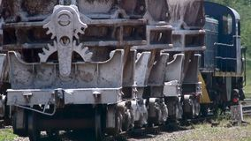 Ruedas de un tren de carga que viaja lentamente en los carriles almacen de metraje de vídeo