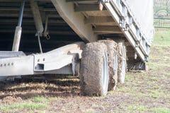 Ruedas de una caravana apelmazada con fango fotografía de archivo