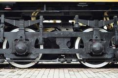 Ruedas de una locomotora moderna rusa, visión desde el lado Concepto de la industria del transporte Ruedas y mecanismo pesados de Imagenes de archivo