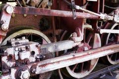 Ruedas del hierro del viejo cierre de la locomotora encima del tiro Fotografía de archivo libre de regalías