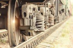 Ruedas del tren en los carriles imagenes de archivo
