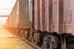 Ruedas del tren en los carriles fotos de archivo libres de regalías
