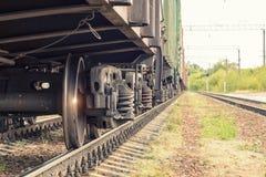Ruedas del tren en los carriles imagen de archivo