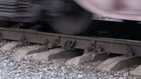 Ruedas del tren en los carriles Movimiento de los trenes de carga almacen de video