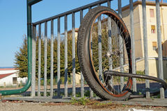 Ruedas desmontadas sin la bici atada a una puerta de la ciudad Foto de archivo libre de regalías