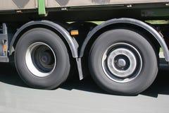 Ruedas enmascaradas grandes del camión en el movimiento Fotos de archivo