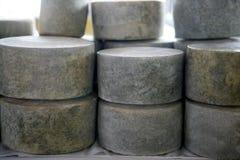 Ruedas francesas envejecidas del queso empiladas Fotos de archivo