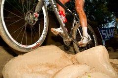 Ruedas que atraviesan la taza de mundo de la sección UCI MTB de la roca Fotografía de archivo