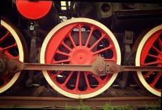Ruedas rojas del tren del vapor en los carriles Imagen de archivo libre de regalías