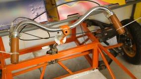 Ruedas y barra de la manija del vehículo hecho a mano para la competencia de la ingeniería industrial almacen de metraje de vídeo