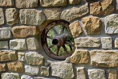 Ruede adentro la pared hecha de piedras fotografía de archivo libre de regalías