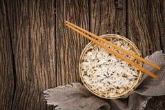 Ruede con arroz hervido en un fondo de madera Comida del vegano Fotos de archivo libres de regalías