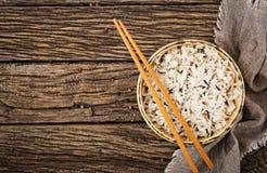 Ruede con arroz hervido en un fondo de madera Comida del vegano Fotos de archivo