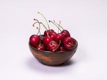 Ruede con las cerezas maduras en un fondo blanco Foto de archivo