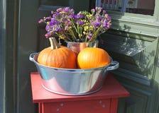 Ruede con las flores secadas y las calabazas anaranjadas en otoño Imagenes de archivo