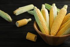 Ruede con las mazorcas de maíz dulce sabrosas en tabl imagen de archivo