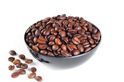 Ruede con los granos de café, en el fondo blanco fotografía de archivo libre de regalías