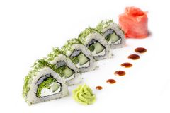 Ruede con los pedazos de pepino y de queso de Philadelphia Aislado Rollo de sushi dado vuelta en un fondo blanco Comida japonesa  Fotografía de archivo libre de regalías