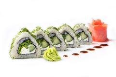 Ruede con los pedazos de pepino y de queso de Philadelphia Aislado Rollo de sushi dado vuelta en un fondo blanco Comida japonesa  Fotos de archivo libres de regalías