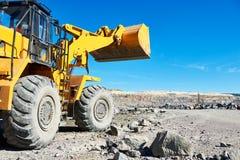 Ruede el excavador del cargador en la mina a cielo abierto del mineral del granito o de hierro Imagenes de archivo