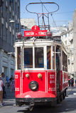 Ruedecillas de la tranvía de la nostalgia de Taksim Tunel a lo largo de la calle y de la gente istiklal en la avenida istiklal Es Imagen de archivo libre de regalías