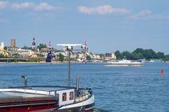 Ruedesheim上午从有着陆点和一艘驳船的莱茵河看见的莱茵在前景 库存照片