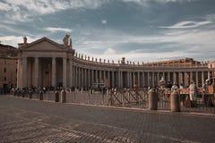 Ruegue con el papa imágenes de archivo libres de regalías