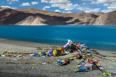 Ruegue el flujo de la bandera con el ala en el lago Pangong Imagen de archivo