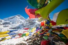 Ruegue las banderas en el campo bajo de Everest imagen de archivo