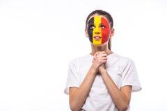 Ruegue para Bélgica El fanático del fútbol belga ruega para el equipo nacional de Bélgica del juego en el fondo blanco imagenes de archivo