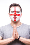 Ruegue para Inglaterra El fanático del fútbol del inglés ruega para el equipo nacional de Inglaterra del juego imagen de archivo libre de regalías