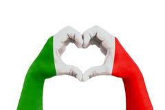 Ruegue para Italia, manos del hombre bajo la forma de corazón con la bandera de Italia en el fondo blanco, el concepto para la es fotos de archivo