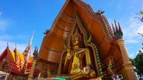Ruegue para respetar al Buda en el sua del tham del wat, kanchanaburi, Tailandia Fotos de archivo libres de regalías