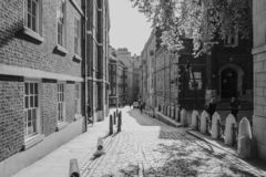 Ruelle étroite classique à Londres, avec les appartements génériques architecture et pavé rond sur le trottoir image libre de droits