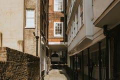Ruelle étroite classique à Londres, avec les appartements génériques architecture et pavé rond sur le trottoir photos libres de droits