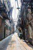 Ruelle étroite entre les bâtiments avec des échelles de feu photos libres de droits