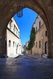Ruelle étroite typique dans Lindos, Rhodes, Grèce photographie stock