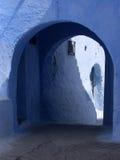 Ruelle bleue avec la canalisation Images stock