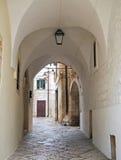 Ruelle caractéristique de Conversano. Apulia. Photographie stock libre de droits