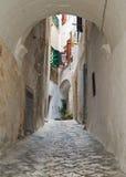 Ruelle caractéristique de Polignano. Apulia. Photos libres de droits