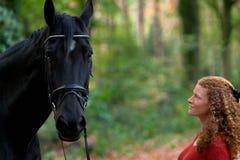 Ruelle d'avenue de cheval d'étalon de noir de femme forrest photos stock