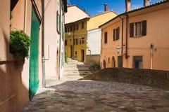 Ruelle dans le village de Santarcangelo, Italie Images libres de droits