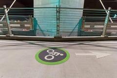 Ruelle de cycliste sur le pont de croisement de Tilikum Photos stock