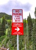 Ruelle de feu de stationnement interdit et signe de contrat seulement images stock