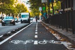 Ruelle de vélo sur la rue passante à Barcelone, ESPAGNE image stock