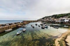 Ruelle et bordures de haies de pays dans la campagne, les Cornouailles, port d'ukThe dans le village côtier du trou de souris dan images libres de droits