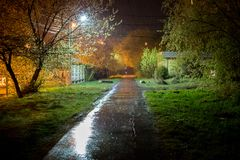 Ruelle russe de banlieues de nuit d'été la nuit pluvieux avec la profondeur defocused de la technique de champs photographie stock libre de droits