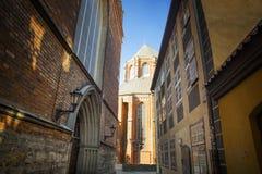 Ruelle ville de cathédrale de dôme à la vieille, Riga, Lettonie photo libre de droits