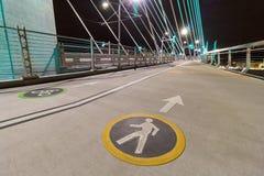 Ruelles de cycliste et de piéton sur le pont de croisement de Tilikum Images stock