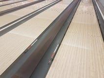 Ruelles en bois cirées de bowling avec des pare-chocs photo libre de droits